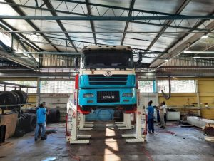 truck being raised on mobile column lifts in trinidad and tobago